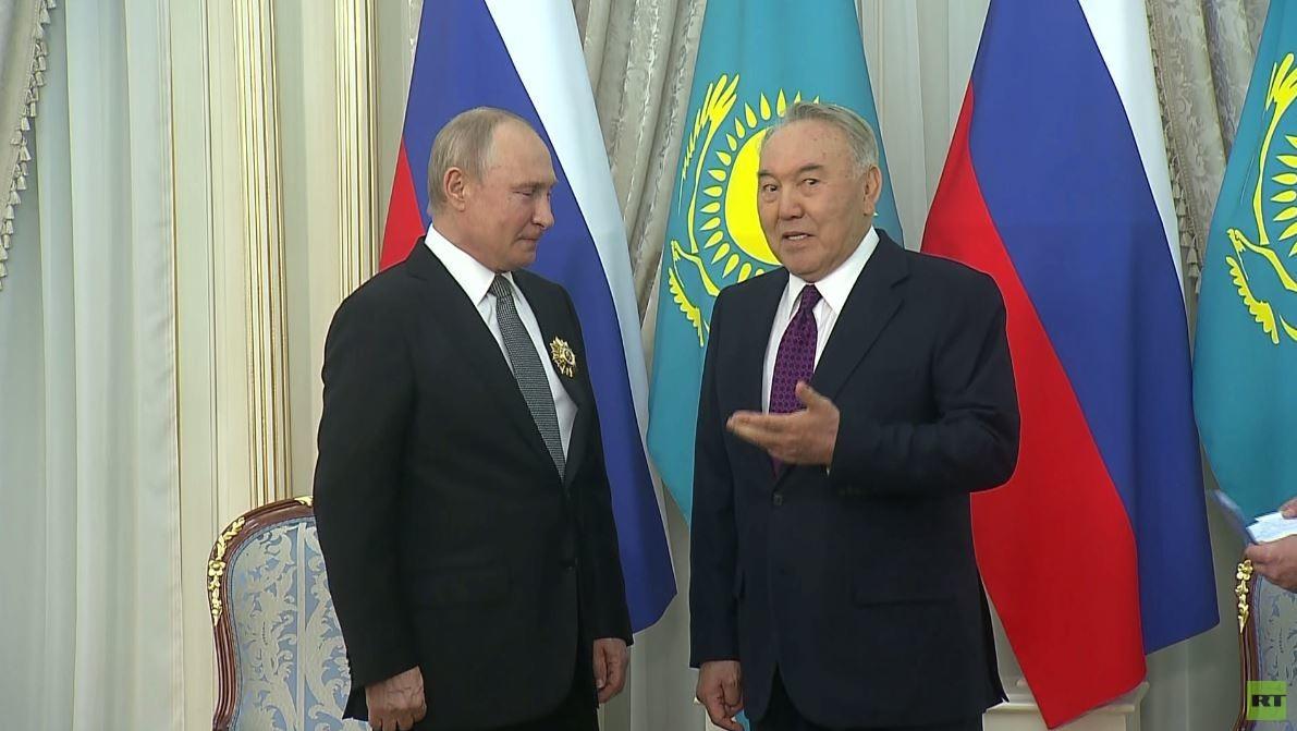 أول رئيس لكازاخستان يمنح بوتين وساما خاصا!