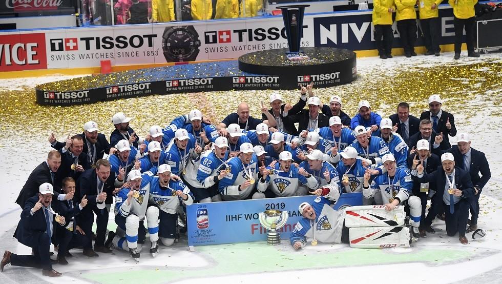 تحطم كأس العالم للهوكي خلال الاحتفال بها في فنلندا (صور)