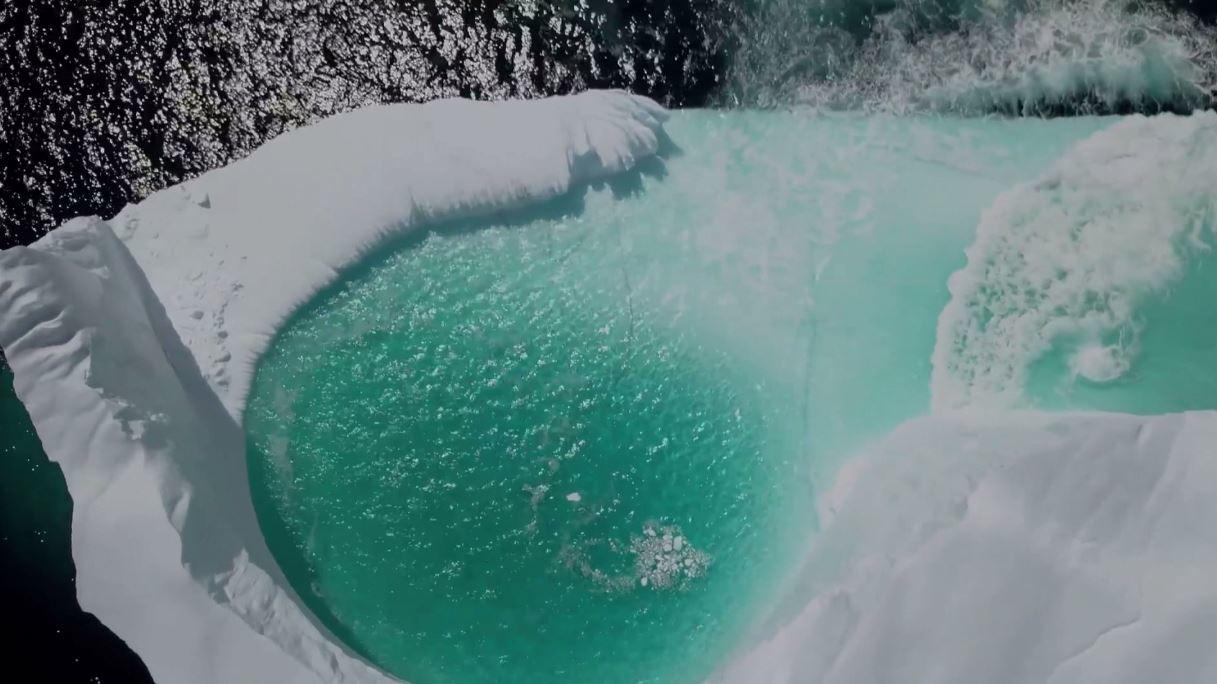 منظر طبيعي رائع من كندا: بحيرة داخل كتلة جليدية