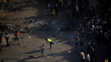 Two people killed as protests in Venezuela and authorities extend the system of a short working day