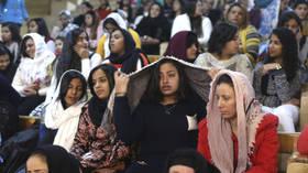 جدل ساخن بين مسيحيي مصر حول ملابس المرأة في الكنيسة (فيديو)