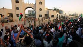 الشرطة السودانية تفرق احتجاجا في الخرطوم وتزيل الحواجز