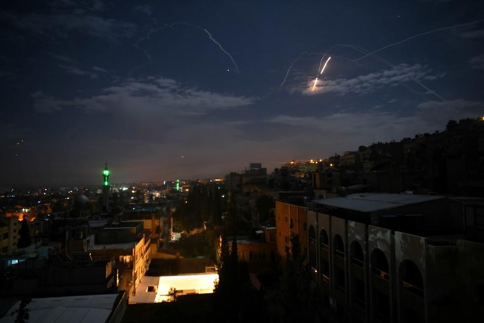 الدفاع الجوي السوري يتصدى لغارات إسرائيلية أسفرت عن مقتل 3 جنود وإصابة 7 آخرين