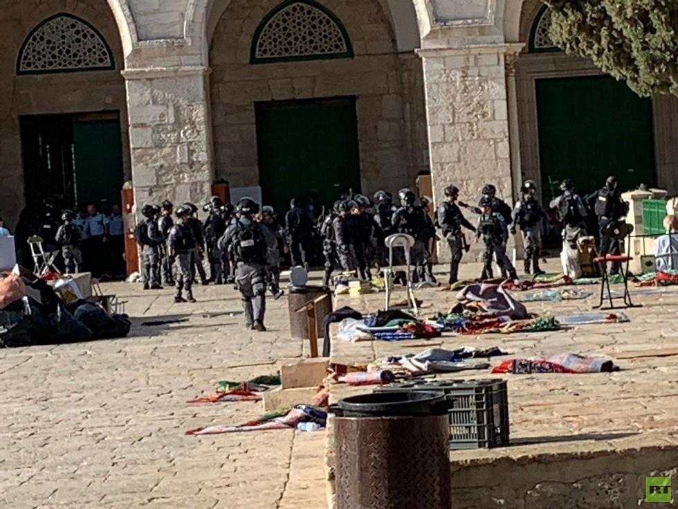 مستوطنون يقتحمون المسجد الأقصى بحماية الشرطة الإسرائيلية (فيديوهات)