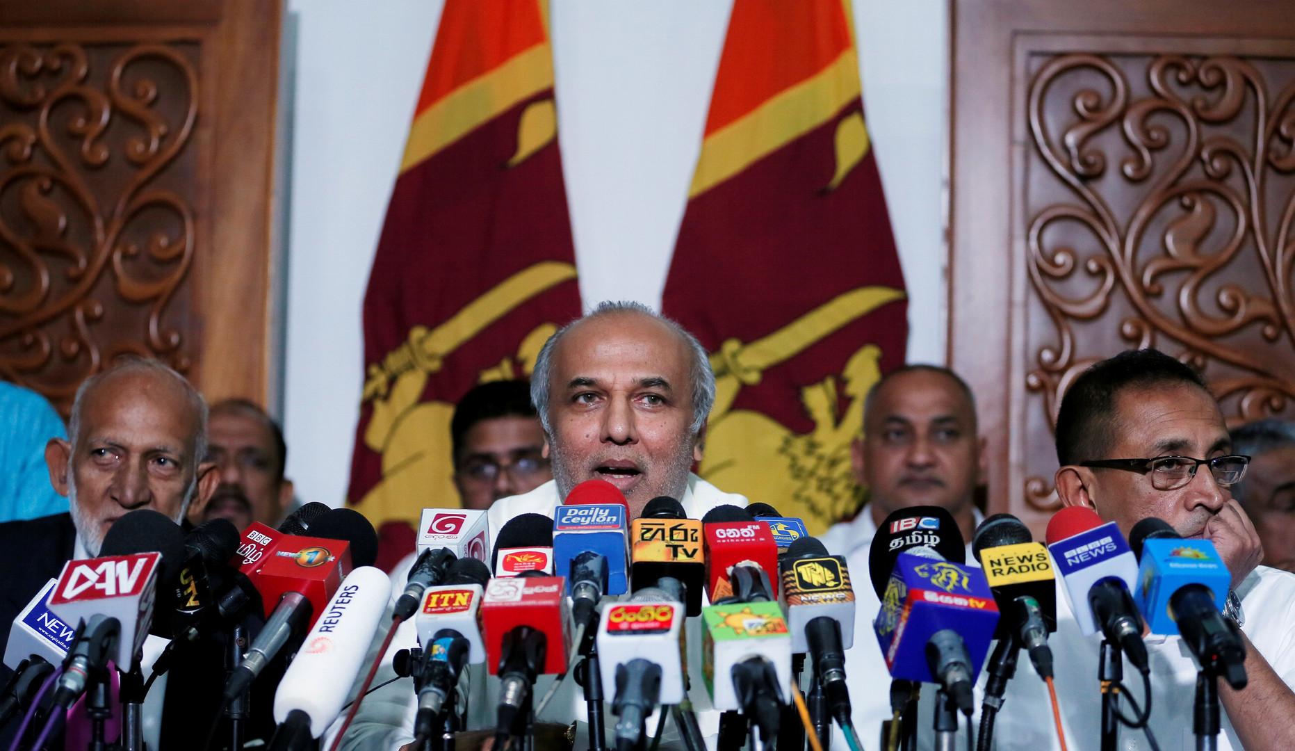 وزير الموارد المالية السريلانكي، رؤوف حكيم، يشرح أسباب استقالته ووزراء مسلمين آخرين في بيان صحفي