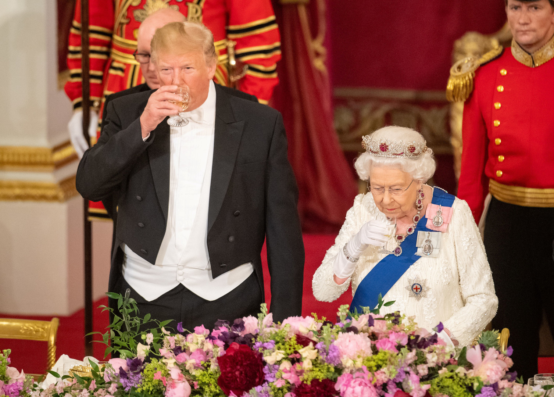 الرئيس الأمريكي دونالد ترامب وملكة بريطانيا إليزابيث الثانية