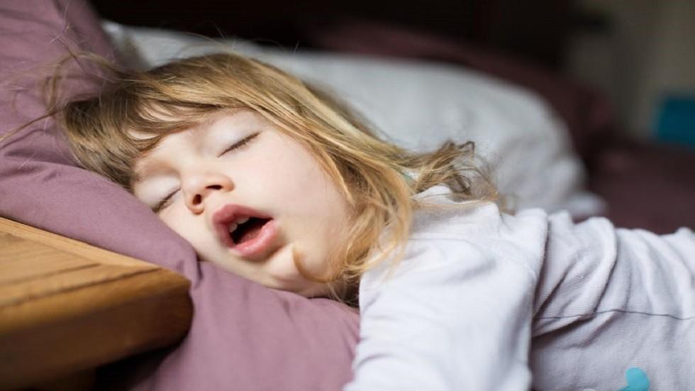 ما الذي يعنيه شخير طفلك بصوت عال؟
