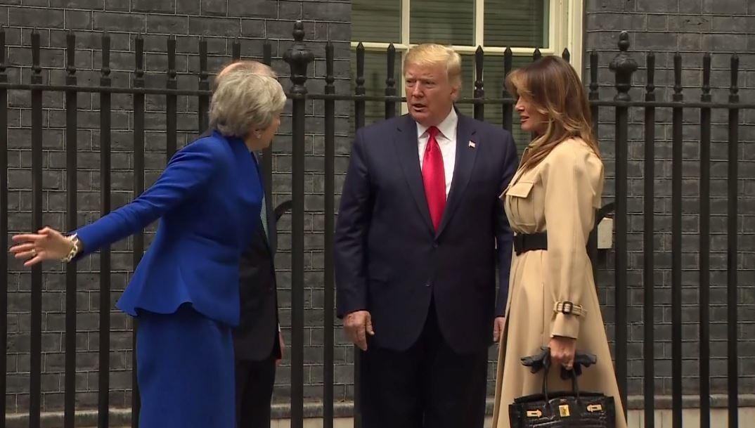 بالفيديو.. ترامب يتجاهل مصافحة ماي لحظة لقائها