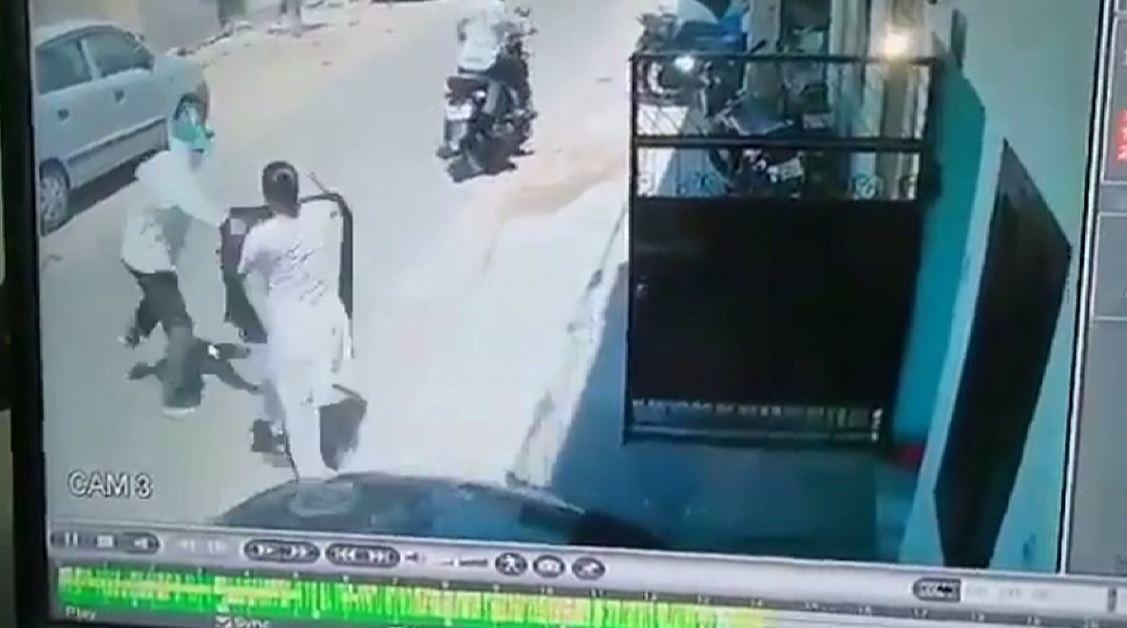 شاهد.. عملية سرقة فاشلة في وضح النهار تحت تهديد السلاح بطلتها امرأة