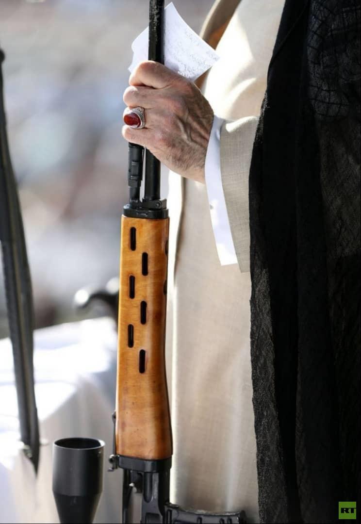 خامنئي يمسك بسلاح أثناء إلقائه خطبة صلاة العيد (صور+فيديو)