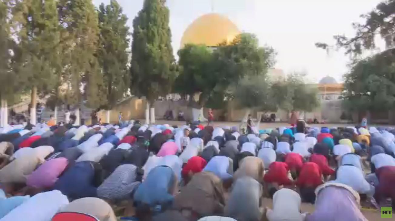 الفلسطينيون يؤدون صلاة عيد الفطر بالأقصى