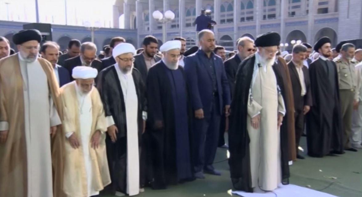 فيديو.. على خامنئي وحسن روحاني يؤديان صلاة العيد في طهران