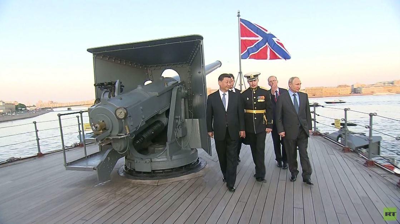 بوتين وشي جين بينغ يزوران الطراد أورورا الأسطوري