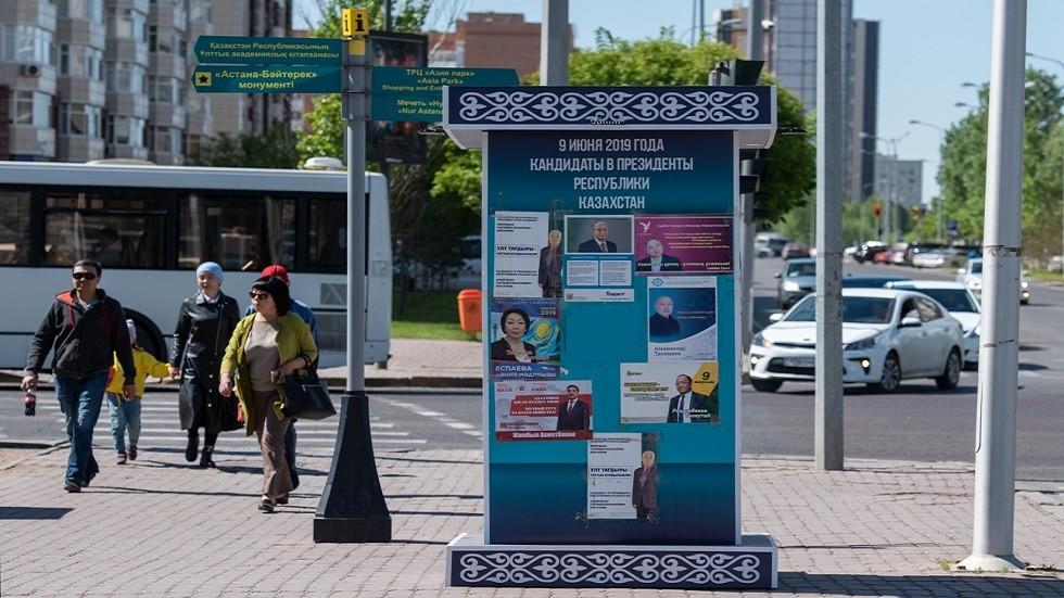 دعاية انتخابية في شوارع مدينة نور سلطان، عاصمة كازاخستان