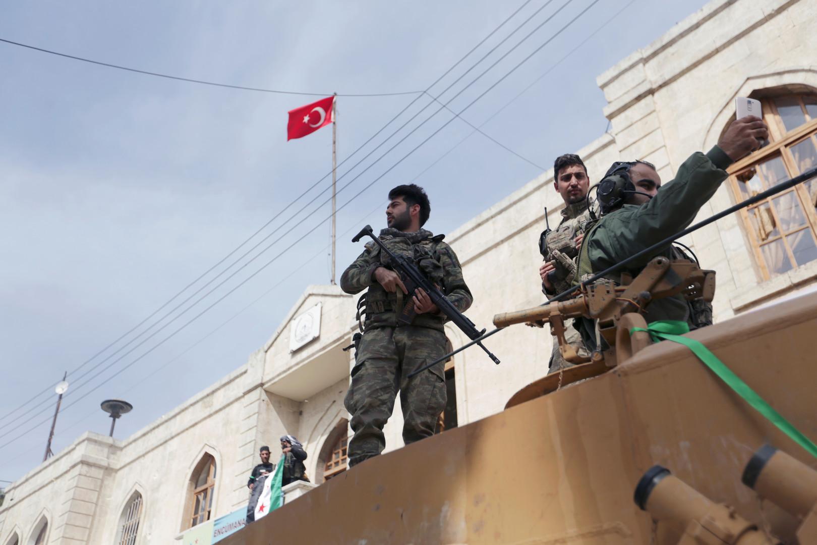 عناصر من القوات التركية والجيش السوري الحر المدعوم تركيا في عفرين السورية (أرشيف)