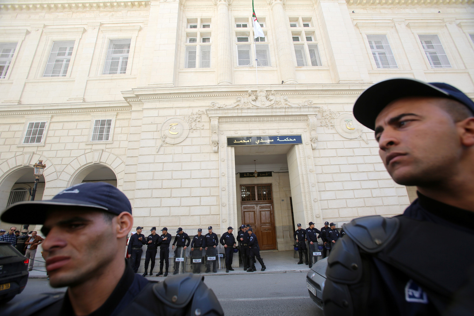الجزائر.. حبس الأخوين طحكوت احتياطيا بتهم فساد