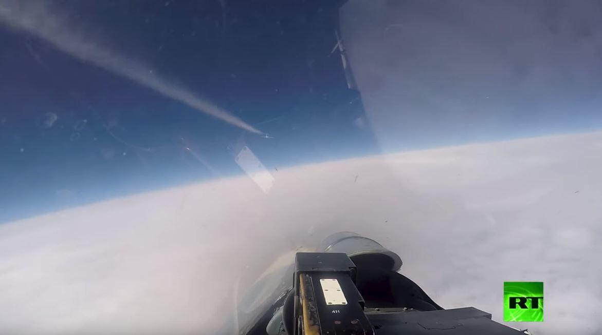 لحظة اعتراض مقاتلة روسية لطائرتين أجنبيتين فوق البلطيق