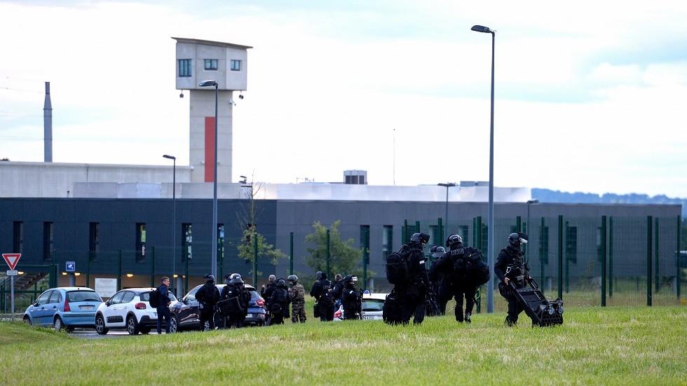 صورة من السجن حيث يحتجز السجين الرهينتين