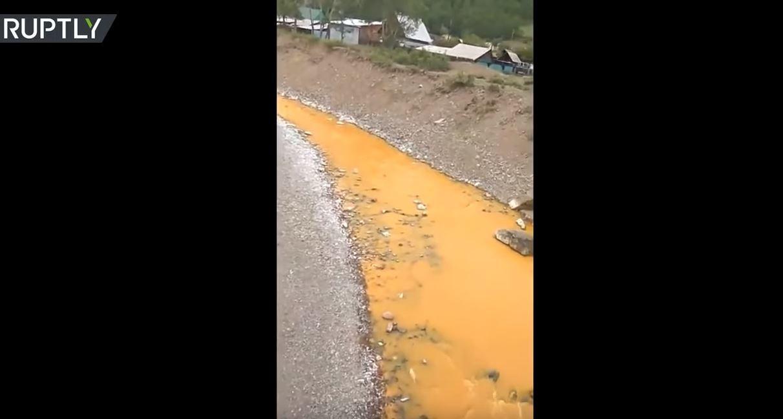 روسيا: نهر يتحول إلى اللون البرتقالي بسبب السموم