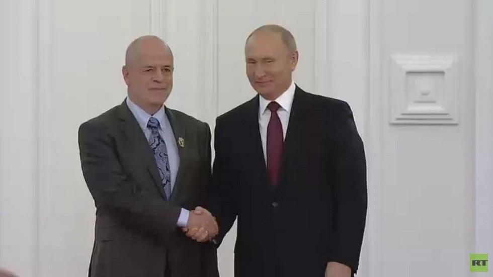 بوتين يمنح الأكاديمي المستعرب فيتالي ناؤمكين جائزة الدولة الروسية