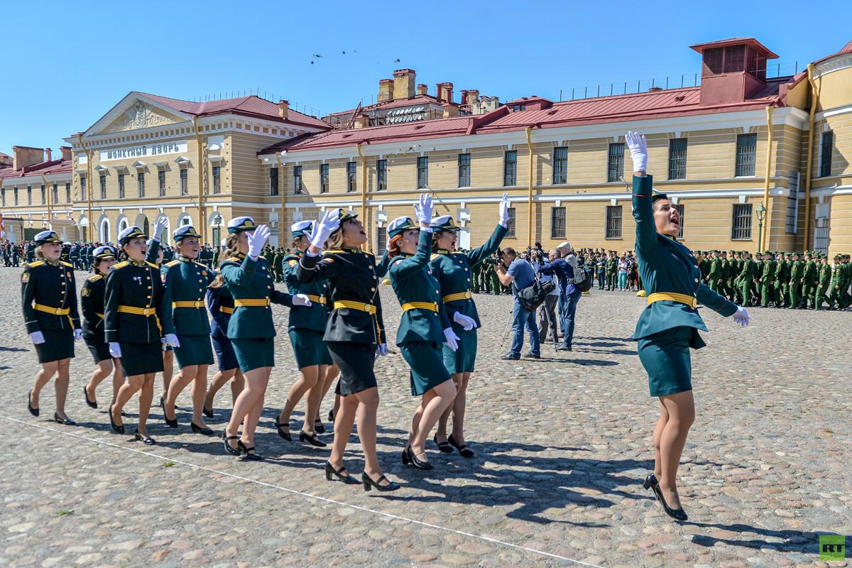 تخريج ضباط وضابطات باختصاص تربية بدنية في بطرسبورغ
