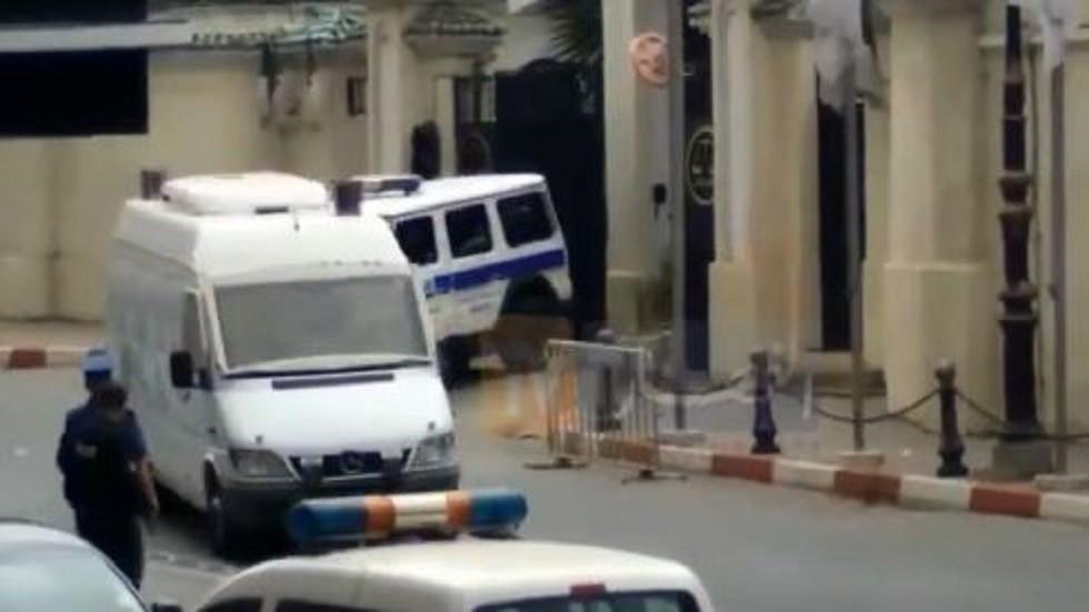 قناة جزائرية تبث لقطات لنقل رئيس الوزراء السابق إلى السجن