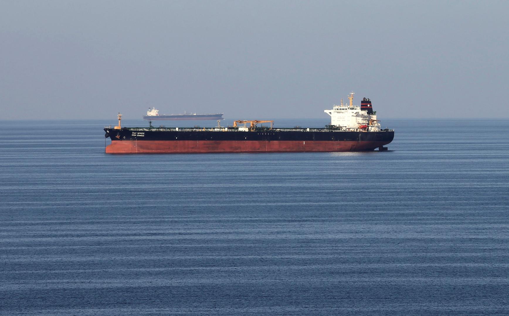 مصادر عمانية تتحدث عن انفجارين كبيرين استهدفا ناقلتي نفط في بحر عمان