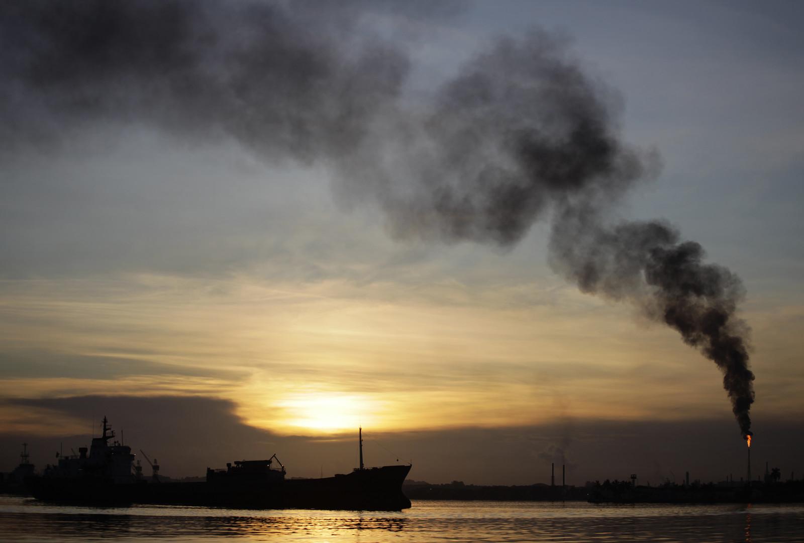 غرق ناقلة نفط بعد إنقاذ 44 بحارا من السفينتين المنكوبتين ونقلهم إلى ميناء جاسك الإيراني