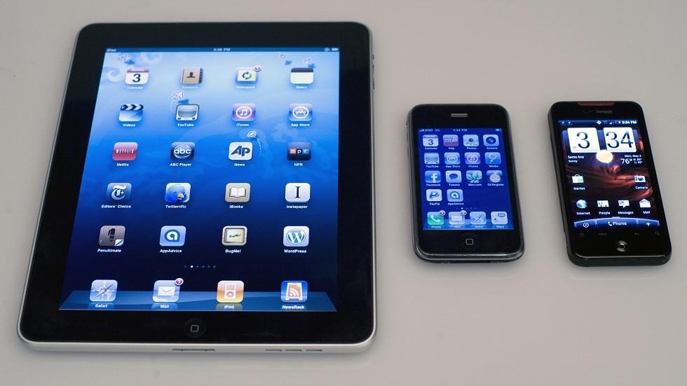 ضوء شاشات الهواتف الذكية يعجل بشيخوخة الجلد