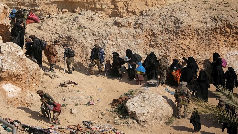 عائلات وأطفال تنظيم داعش لحظة استسلامهم
