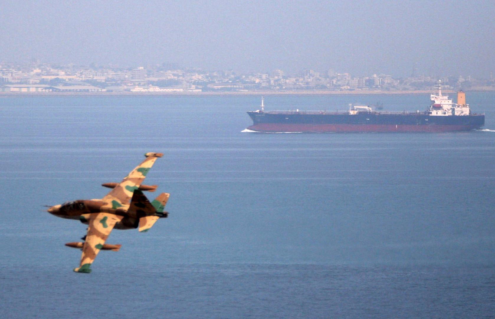 مقاتلة إيرانية تحلق فوق ناقلة نفط في خليج عمان- صورة أرشيفية