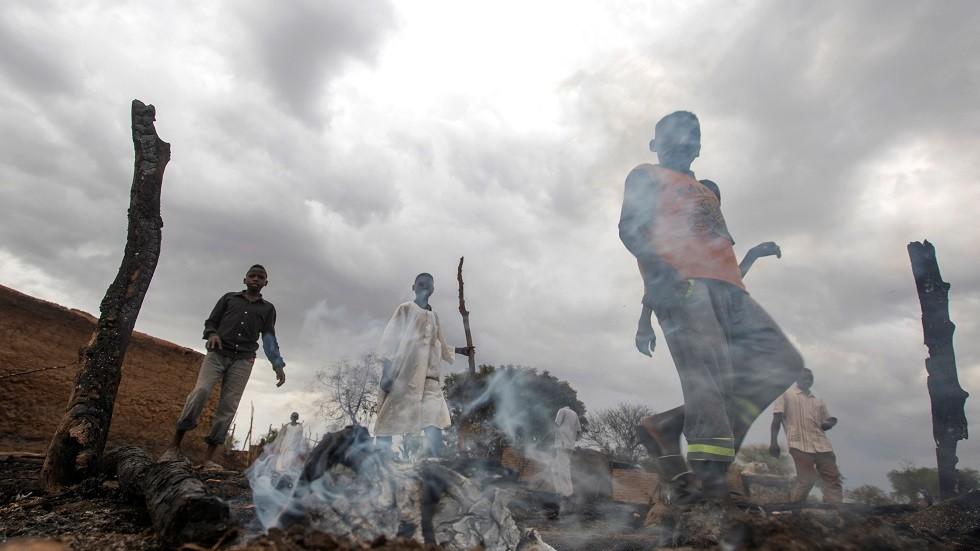 أطفال يمرون بموقع شهد أعمال عنف في دارفور