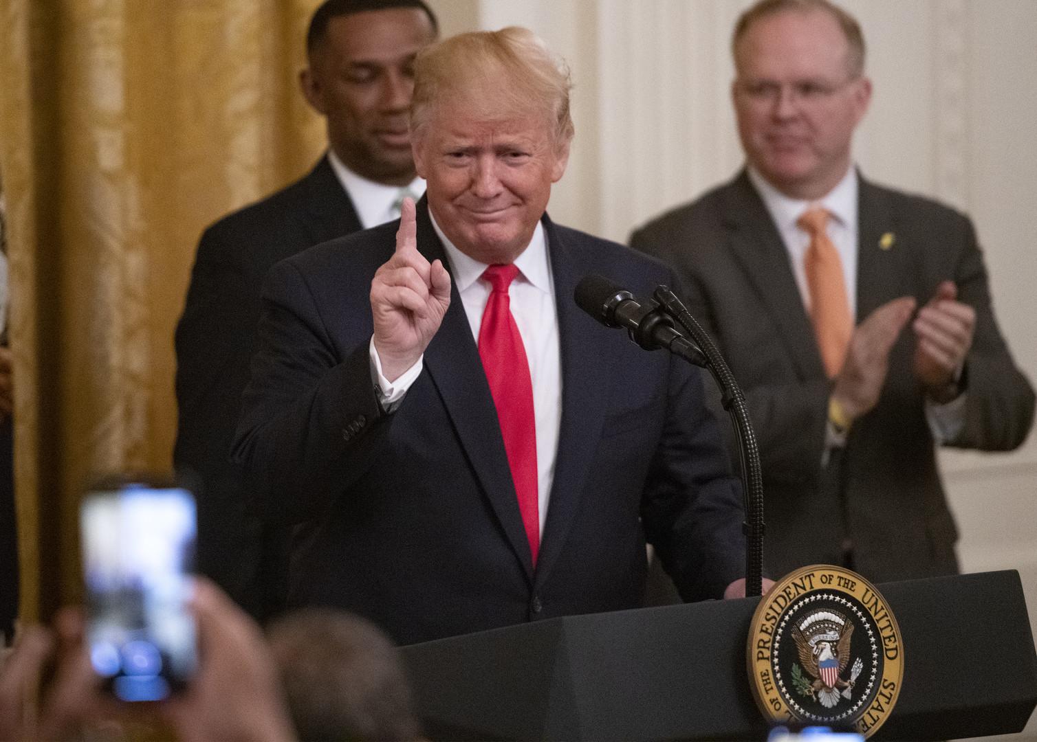 ترامب يشتري الفضائح ويكسب