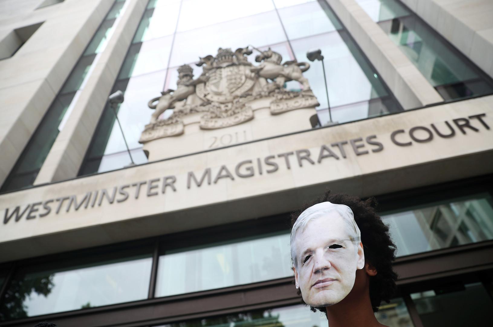 القضاء البريطاني يؤجل النظر في إمكانية تسليم أسانج للولايات المتحدة حتى فبراير