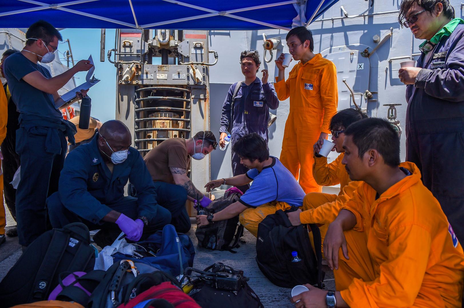 الأسطول الخامس الأمريكي: طاقم إحدى الناقلتين المتضررتين في خليج عمان يعود إليها