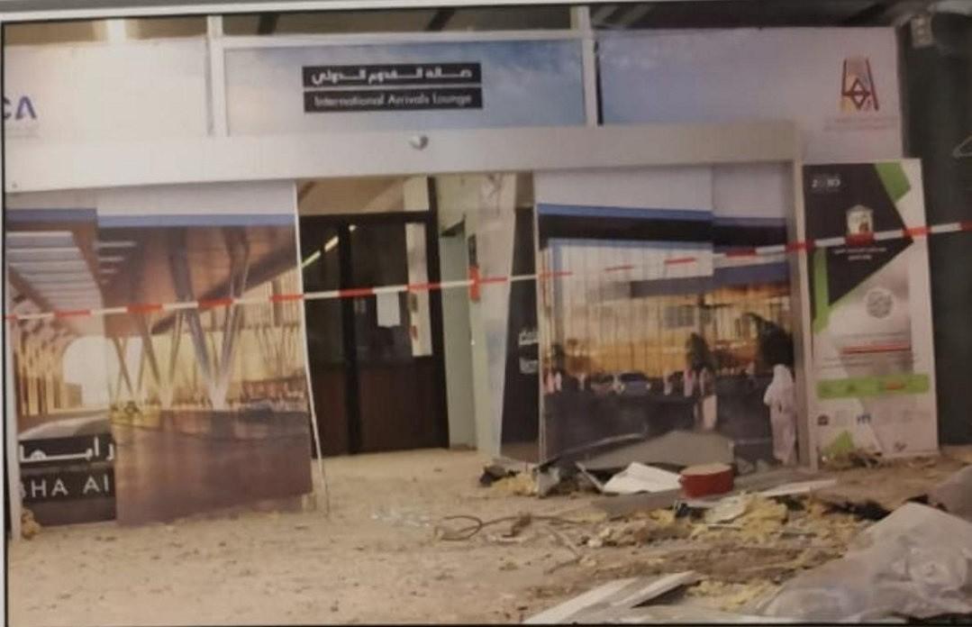آثار سقوط صاروخ أطلقه الحوثيون على مطار أبها المدني في السعودية