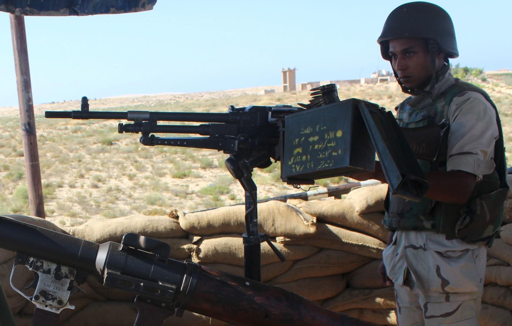 جندي مصري في نقطة مراقبة بالعريش