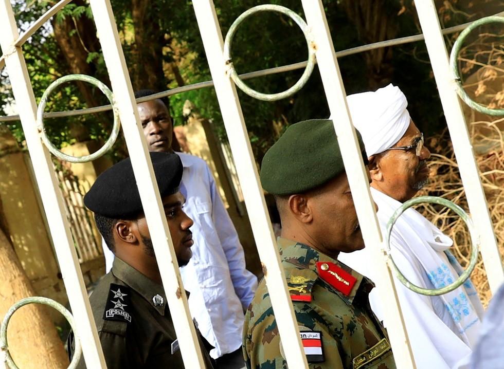 بالصور والفيديو.. أول ظهور للرئيس السوداني المعزول منذ الإطاحة بحكمه