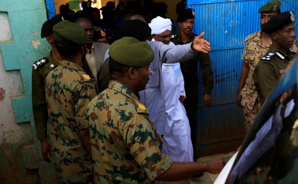 شاهد لحظة خروج الرئيس السوداني المعزول عمر البشير من السجن