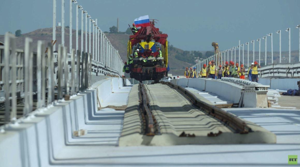 أول قطار يعبر جسر القرم بعد انتهاء أعمال بناء أول سكة حديدية فيه