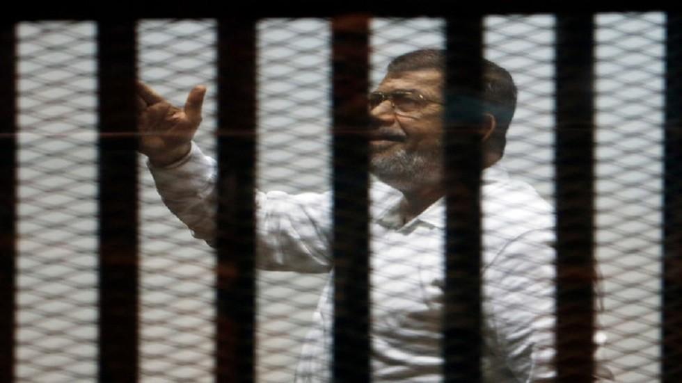 النيابة العامة في مصر: مرسي سقط مغشيا عليه داخل قفص الاتهام وتم نقله للمستشفى