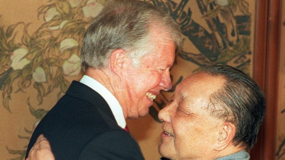 الزعيم الصيني دينغ شياو بينغ والرئيس الأمريكي جيمي كارتر عام 1979