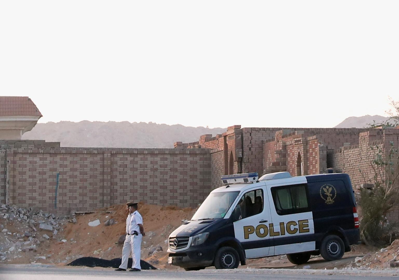 رجال أمن يحرسون المقبرة التي دفن فيها مرسي