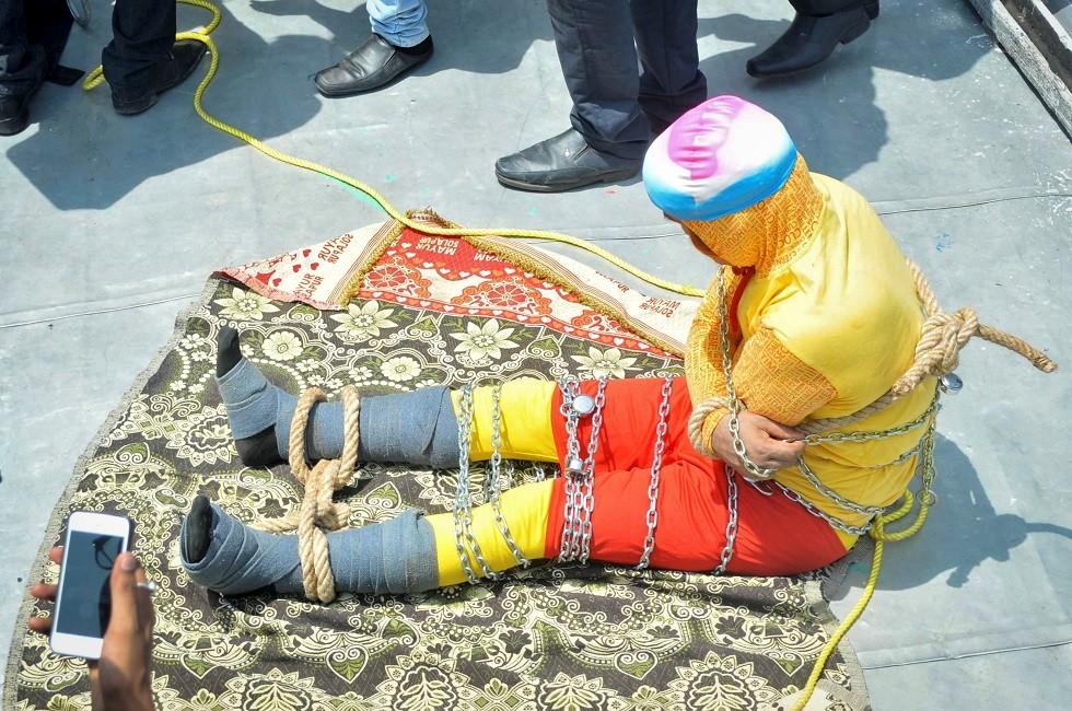 العثور على جثة ساحر هندي غرق أثناء قيامه بخدعة تحت الماء
