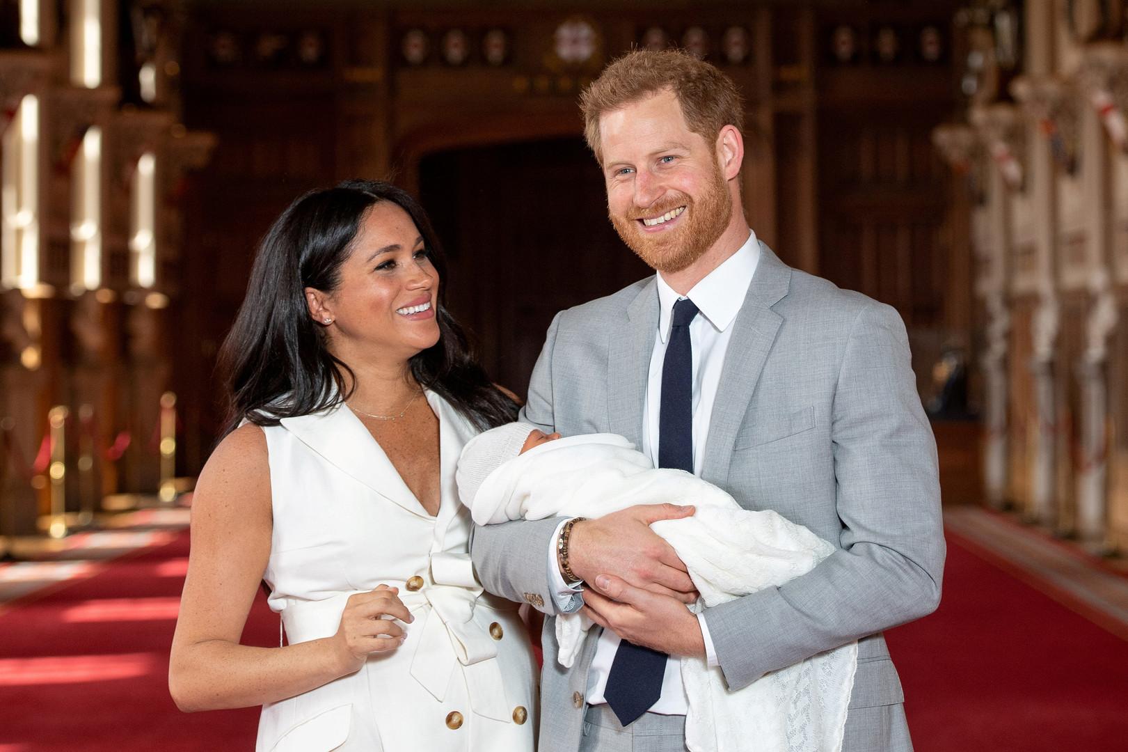 الأمير هاري صحبة ميغان ماركل وطفلهما