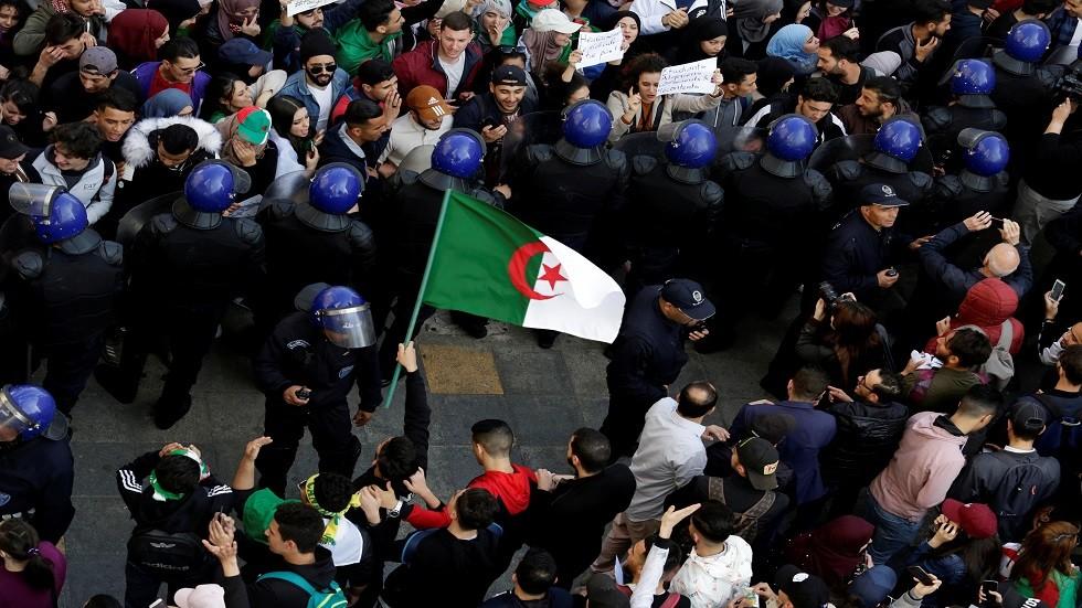 الجيش الجزائري يحذر من رفع رايات غير العلم الوطني في المظاهرات