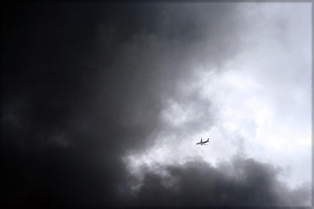 مطب هوائي عنيف يقذف مضيفة إلى سقف الطائرة