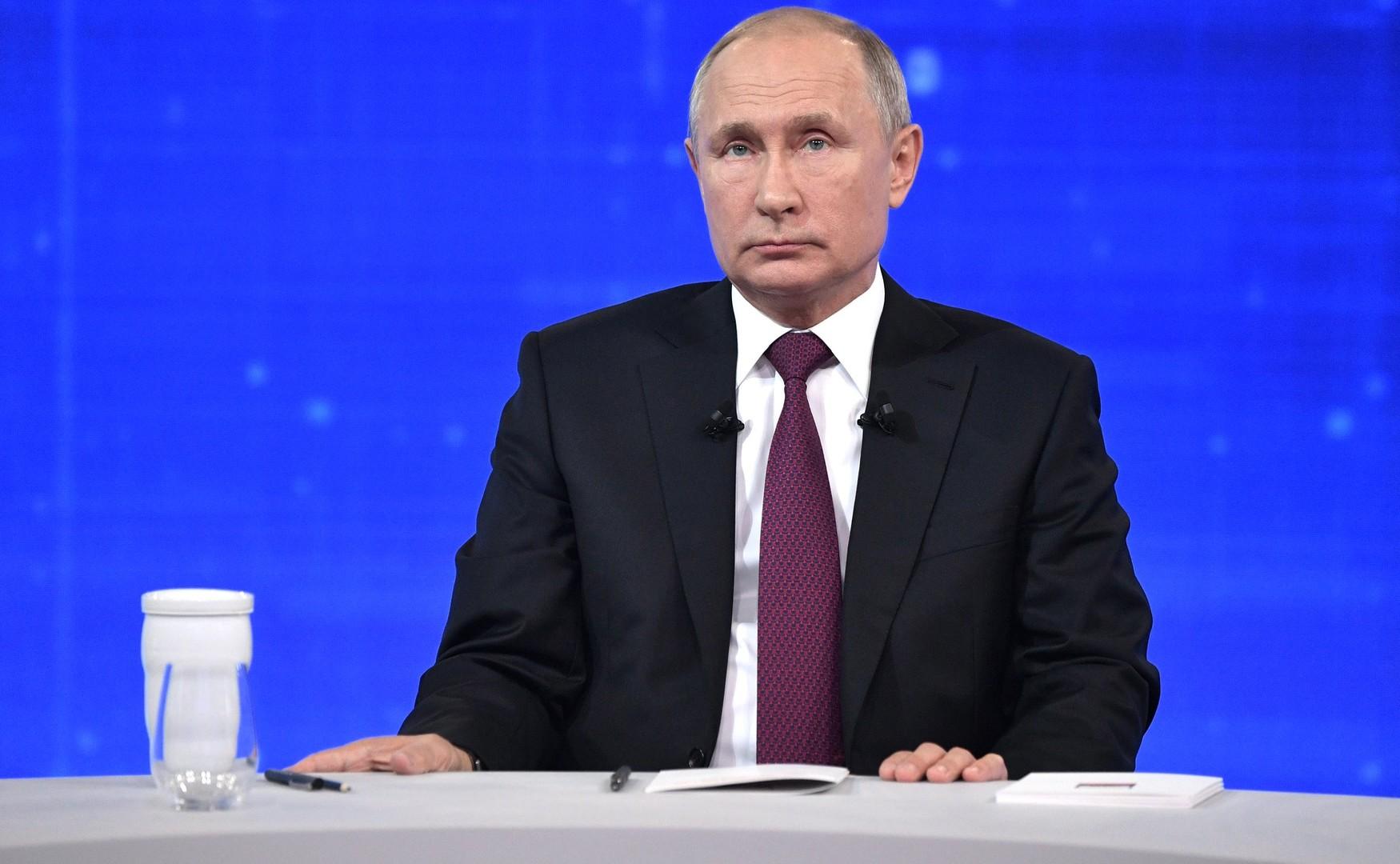 فيديو.. بوتين يحبس دمعه مستذكرا قصة مسنّة روسية