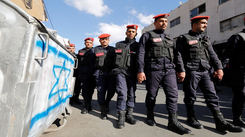 جنود أردنيون يمرون قرب علم إسرائيلي - أرشيف