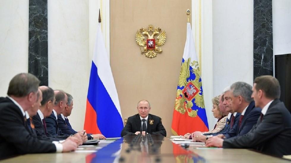الرئيس الروسي فلاديمير بوتين يجري لقاء مع أعضاء مجلس الأمن الروسي (صورة أرشيفية)